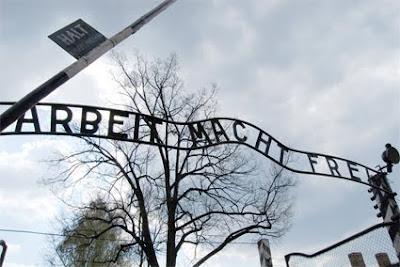 Rètol a l'entrada al camp de concentració i extermini Auschwitz 1