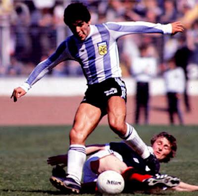 http://4.bp.blogspot.com/_TGisiI_dI2E/TN-gicTpz9I/AAAAAAAADWw/8Nz4_GzNIMM/s1600/1.Maradona%2BHegarty%2B1979.jpg
