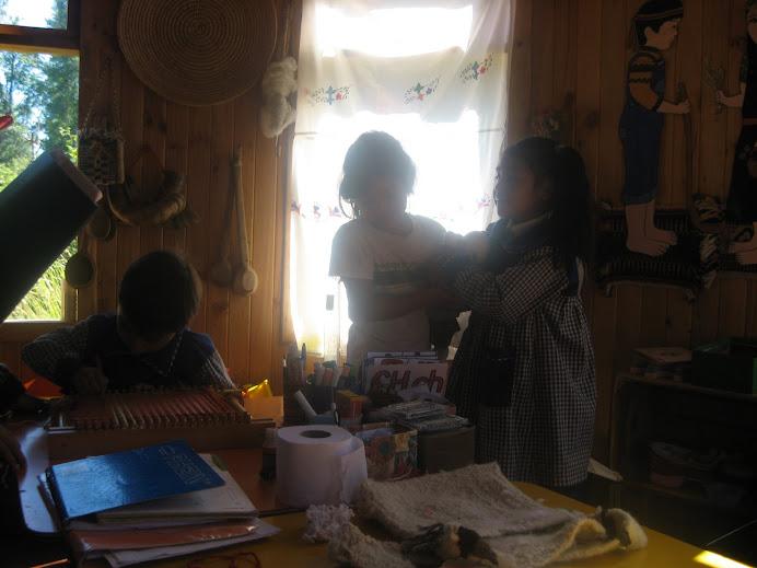 Tejiendo en un telar un niño preescolar