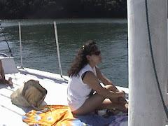 Mujer navegando  por islas tropicales