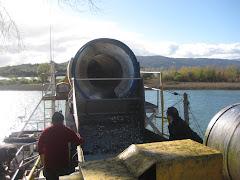 Cargando sardinas desde un barco a un camión de la empresa Camanchaca