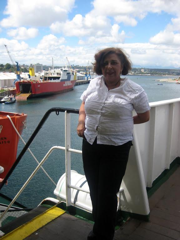 Navegando  Nora en el ferry Puerto Edén