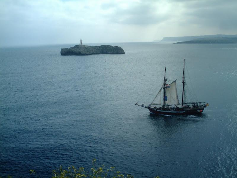 Goleta Cantabria Infinita frente a la Isla de Mouro