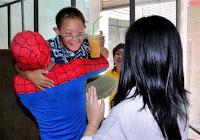 O menino no colo do Homem-aranha