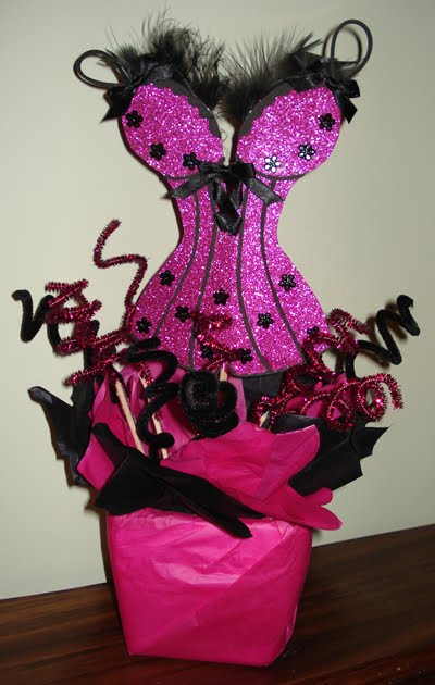 Corsage con diseño de corsé con detalles de listón y plumas.