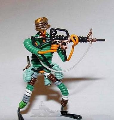 மின் வயரினால் செய்யப்பட்ட அழகான மனிதர்கள் துப்பாக்கிகள் 47135,xcitefun-wire-soldiers-5