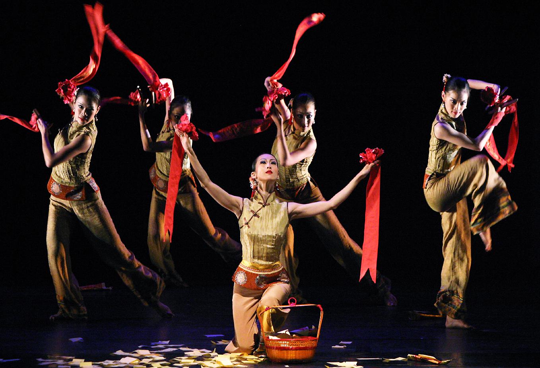 folk dance The famous folk dances of indian states includes ras leela ,ghoomer,garba and raut nacha.