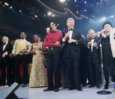 Témoignages de gens qui ont côtoyé ou rencontré Michael. Artistes, des gens qui ont travaillé avec lui, ou pour lui, des amis, de gens de sa famille etc... - Page 14 Michael+Jackson+family+and+President+Bill+Clinton