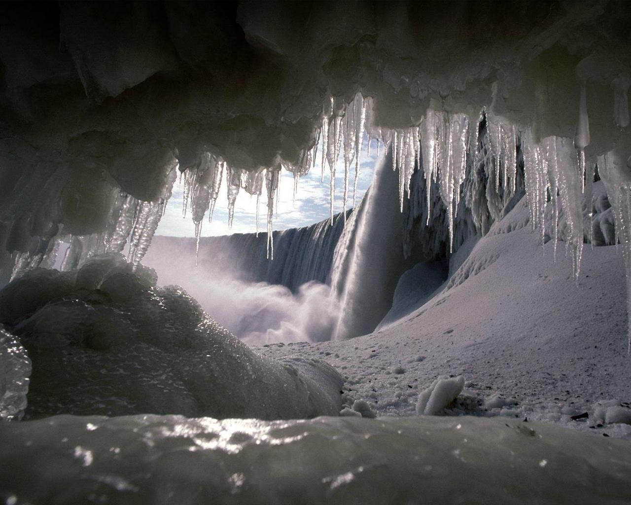 http://4.bp.blogspot.com/_TcwbPuj2SZ0/TNV26Vf7xcI/AAAAAAAATWg/LT0Qv_P-PhU/s1600/Ice+Winter+Wallpaper.jpg