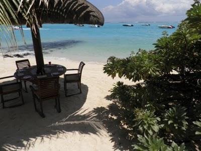Table les pieds dans le sable à l'Hôtel Le Paradis