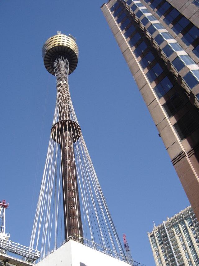 Vue en contre-plongee de Sydney Tower