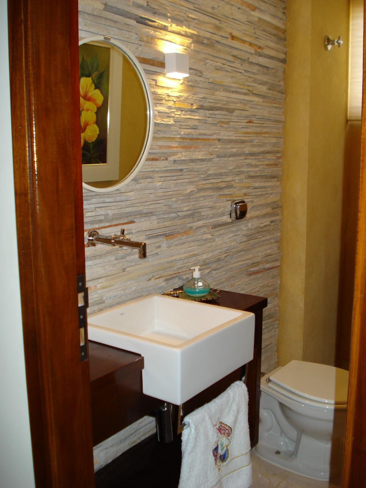 bancada de madeira maciça garantem a rusticidade do ambiente #692F09 1200x1600 Bancada Banheiro Rustico