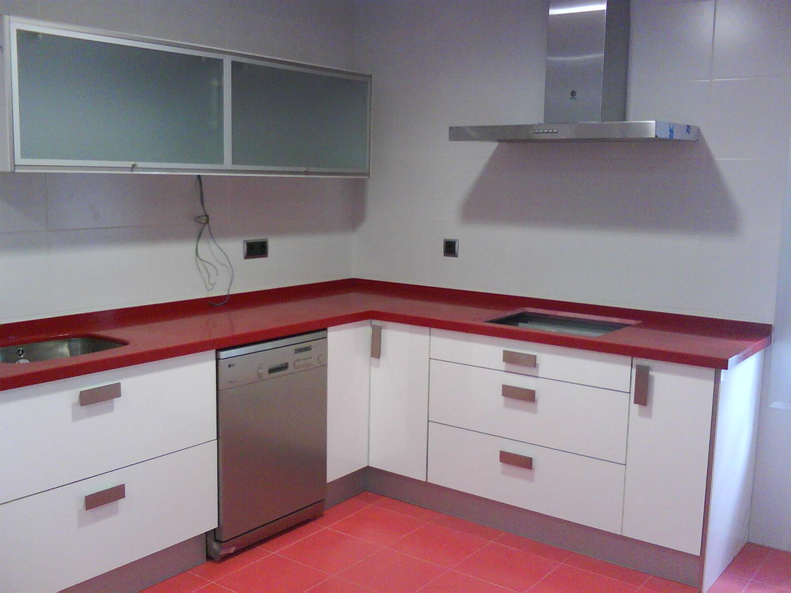 cocina blanca y roja 1 image