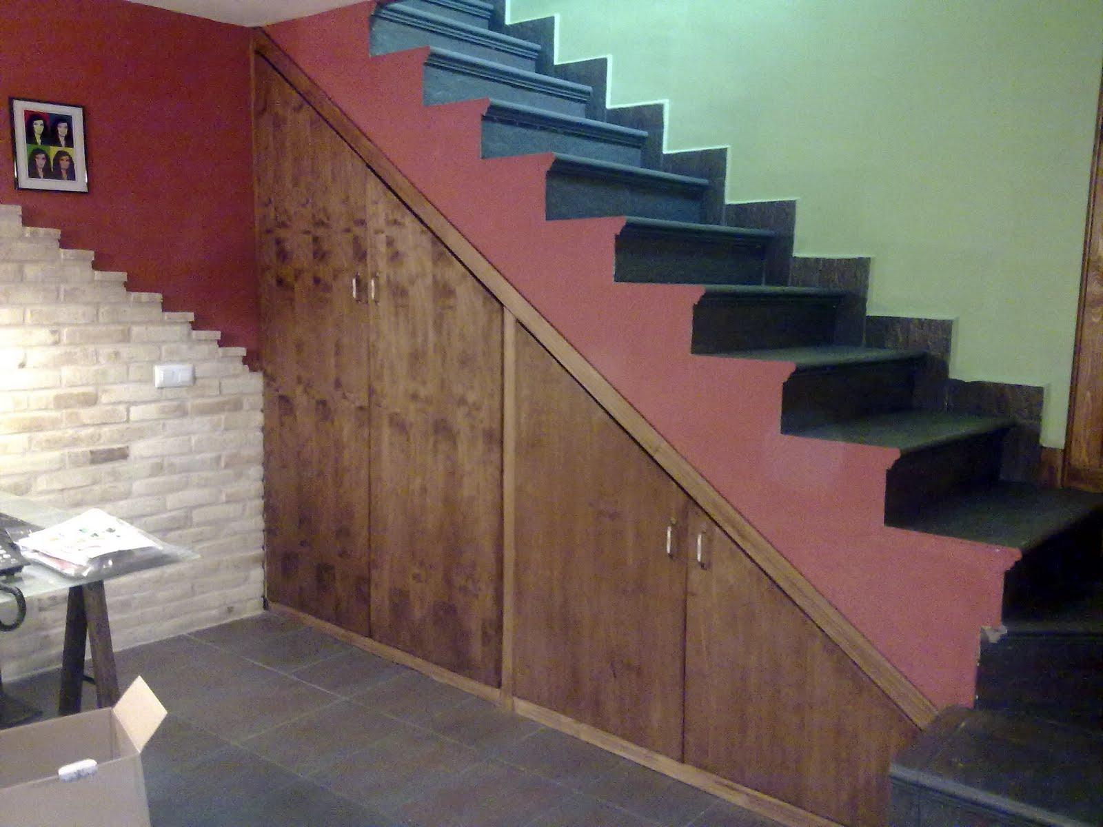 Armarios bajo escaleras abierto y con un banco en este for Mueble escalera ikea