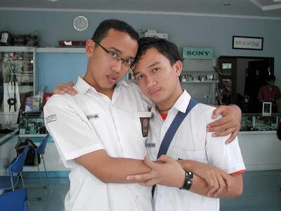 http://4.bp.blogspot.com/_TgugMIXFpb0/RnOqZclJthI/AAAAAAAAAHY/Xq3HHzPtMRk/s400/sepasang-homo-nicho-and-fra.jpg