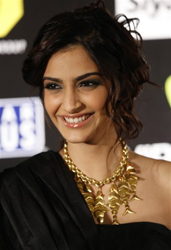 Sonam Kapoor Hot Wallpapers In Saree. You will have Sonam Kapoor