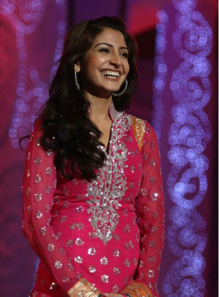 Anushka Sharma Performs at Apsara Awards 2011