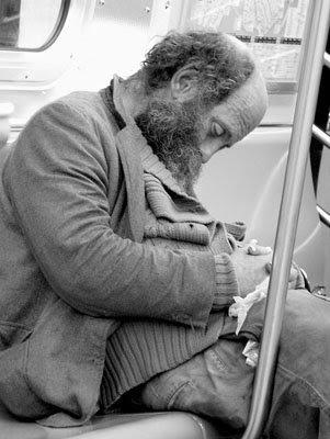 man_met_baard_in_metro.jpg