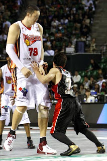 Sun Mingming (left) towers over an opposing player.