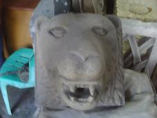 patung kepala singa