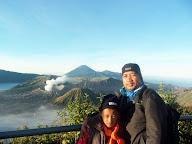 Di view point, pananjakan, berlatar belakang gunung Bromo, Batok, dan Pewgunungan Semeru.
