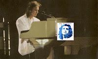 Roberto Carlos sentou ao piano para tocar e cantar o 'Acróstico'.