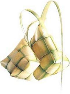 ... keluarga yang menyajikan ketupat beserta opor bagi sanak keluarganya