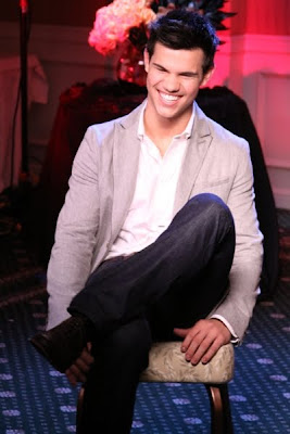 Noticias Luna Nueva 106553_taylor-lautner-has-a-laugh-during-his-new-moon-interview-with-access-hollywood-nov-6-2009
