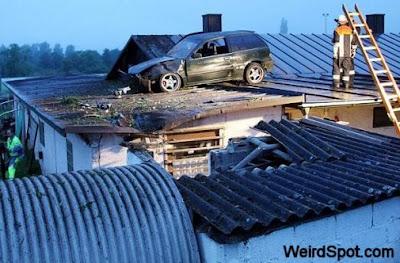 mobil di rumah, mobil kecelakaan, mobil aneh
