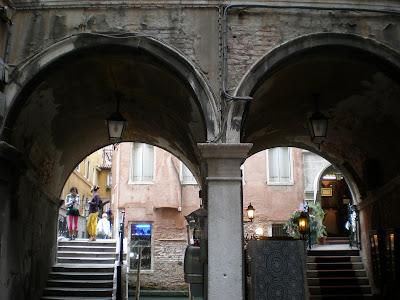 Venezia da piazza san marco verso campo o teatro san gallo for Gradini del ponte curvi