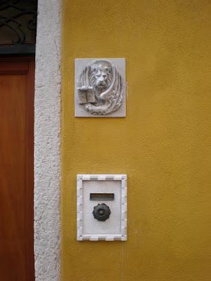 Venezia un leone marciano posto recentemente - Un letto di leoni ...