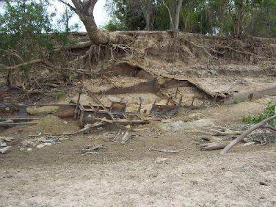 El barco semienterrado en la arena, en la orilla del Apure que está seco, en Lagunota