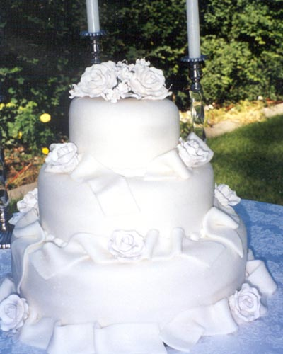 Gorgeous Wedding Cakes on Elaborately Decorated Gorgeous White Wedding Cake With Plenty Of