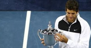Juan Martin Del Potro holding the 2009 US Open trophy