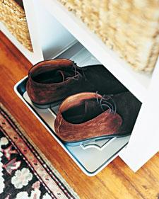 http://4.bp.blogspot.com/_U7iMAqDejPQ/TSuKdGP2_DI/AAAAAAAABdo/44kyo2B-pic/s1600/shoetray.jpg