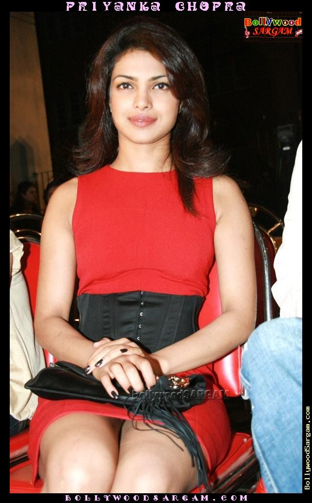 [Priyanka_Chopra_BollywoodSargam_talking_633276.jpg]