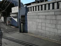 【照片:大國神社左邊的小路的第一個岔路】