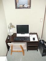 【照片:選擇「ネットルーム」的住宿方案的話,一進門看到的就是小桌子和電腦設備。】