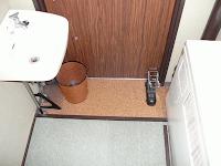【照片:房間的玄關,一邊是小小的洗臉台,一邊是大大一台的暖氣機,雖然只開空調的時候也夠暖了。】