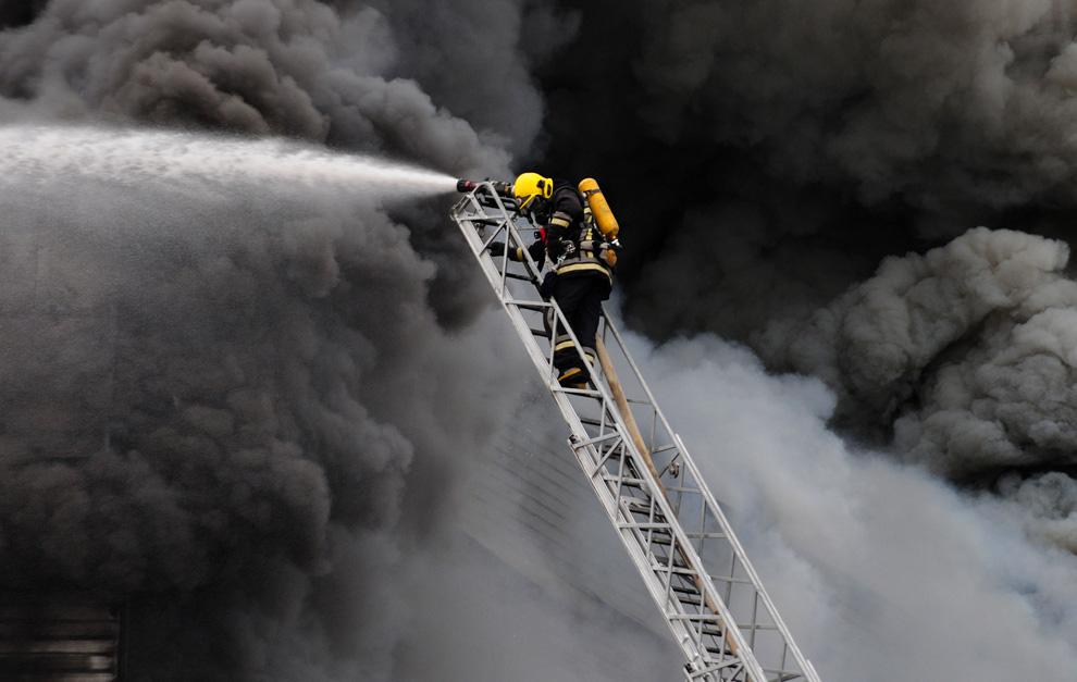 Milenioscopio Bombero Apagando Incendio En Concepci N