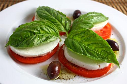 caprese salad @ closetcooking.com