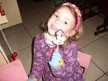 Minha pequena artista, com sua primeira fofucha ponteira de lápis!!!