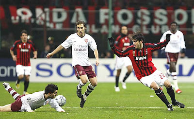 Milan's Brazilian midfielder Kaka (R) vies for the ball against Arsenal's Spanish players Cesc Fabregas (L) and Mathieu Flamini (C).