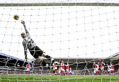 Arsenal goalkeeper Manuel Almunia fails to stop a free-kick from James McFadden of Birmingham
