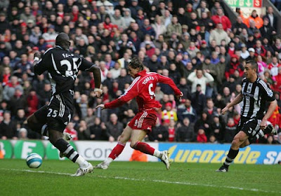 Fernando Torres of Liverpool scores the second goal