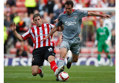 Daryl Murphy of Sunderland and Jamie Carragher of Liverpool battle for possession