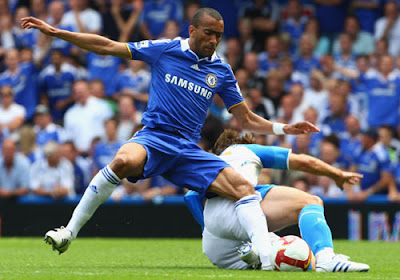 Jose Bosingwa of Chelsea battles with Hermann Hreidarsson of Portsmouth