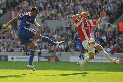 Jose Boswingwa of Chelsea shoots past Richard Cresswell of Stoke City to score the opening goal of the match.<br />