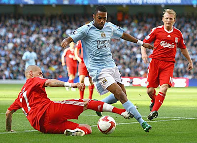 Martin Skrtel of Liverpool tackles Robinho of Manchester City as Dirk Kuyt looks on during their Premier League match at The City of Manchester Stadium on October 5, 2008 in Manchester, England.