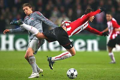 Lucas (R) of Liverpool tackles Danko Lazovic (R) of PSV Eindhoven.
